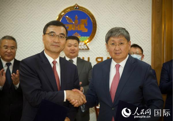 7月31日,中国驻蒙古国大使柴文睿在蒙财务部接见财长呼日勒巴特尔(右)。图片来历:中国驻蒙古国大使馆网站
