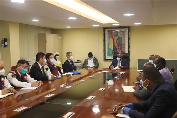 赴几内亚中国抗疫医疗专家组与几卫生部官员交流经验(驻几内亚使馆供图)