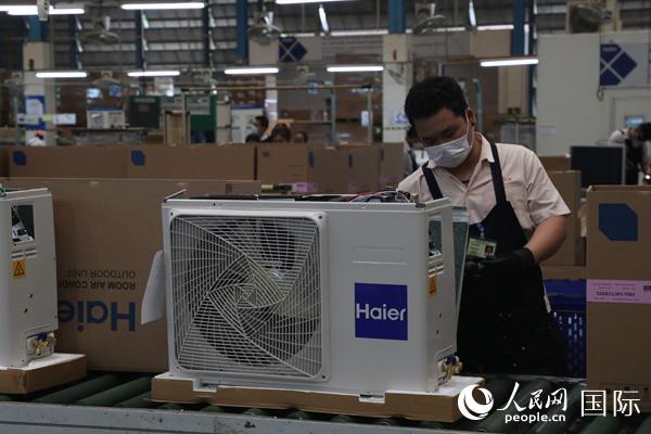 泰国技术工人在海尔(泰国)工厂的空调生产线上工作。(太平洋在线记者孙广勇摄)