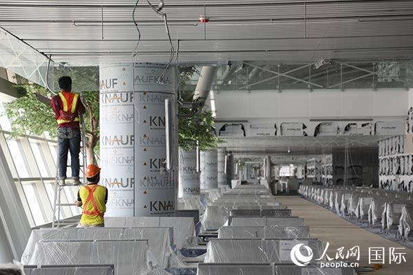 由中国建筑承建的泰国曼谷素旺纳普机场新候机楼项目接近完工。             人民网记者 赵益普摄