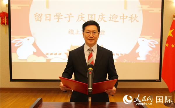 中国驻日本大使馆公参胡志平宣读贺信。