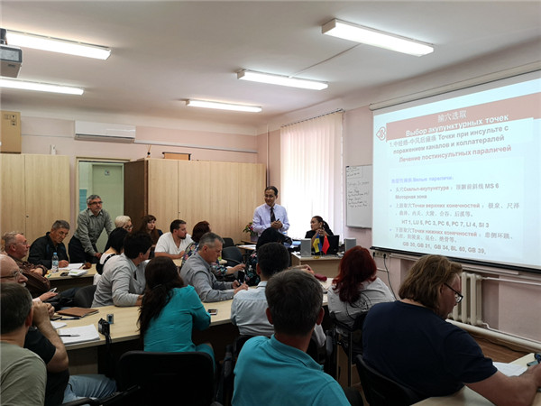 2019年,甘肅中醫藥大學杜小正博士為烏克蘭中醫針灸研修班學員授課。