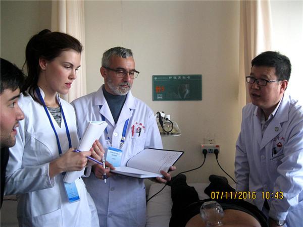 2016年,烏克蘭國立醫科大學副教授戈洛夫昌斯基(中)在甘肅中醫藥大學及附屬醫院接受中醫學培訓。