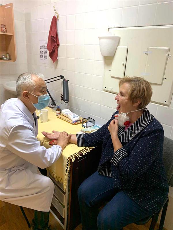 來自中國西安的中醫崔文在基輔一家公立醫院為烏克蘭患者切脈。