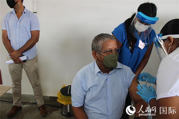 图为塞舌尔总统拉姆卡拉旺(左二)接种疫苗。(塞舌尔新闻社图片 )
