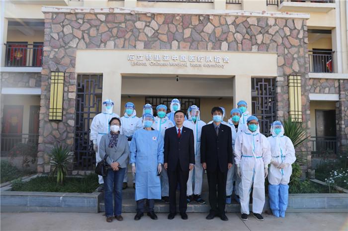 中国驻厄立特里亚大使蔡革为第13批援厄医疗队员归国送行。中国驻厄立特里亚大使馆供图