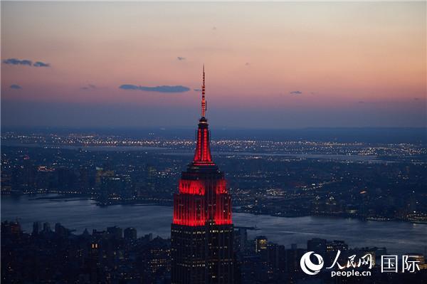 """美国纽约帝国大厦点亮""""中国红"""""""