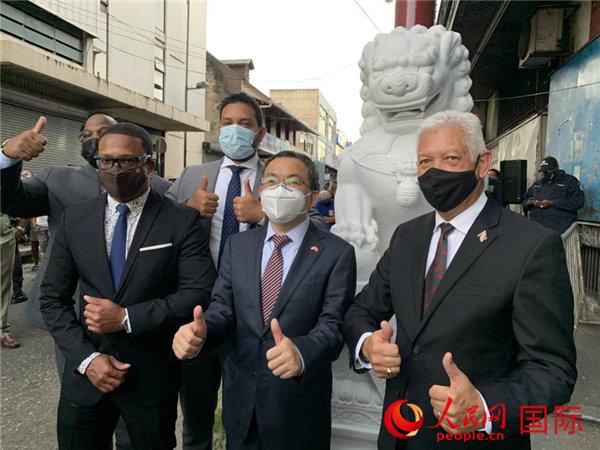 中国石狮落户特多唐人街