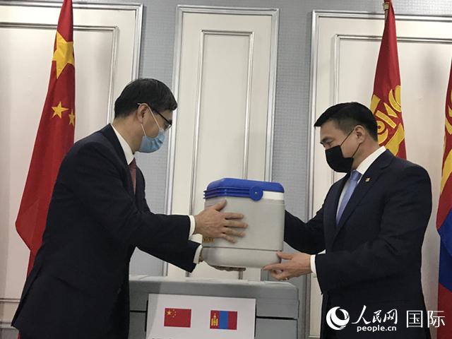 中国援助新冠疫苗运抵蒙古国