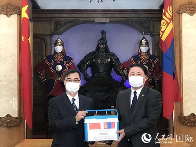 2月23日,中国军队援助蒙古国军队新冠肺炎疫苗交付仪式在蒙古国防部举行。达日玛巴斯尔 摄