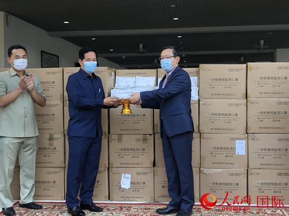 王文天向坤盛转交抗疫物资。中国驻柬埔寨大使馆供图
