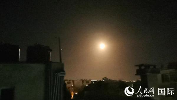 叙利亚首都大马士革16日晚再遭导弹袭击记者拍下爆炸瞬间