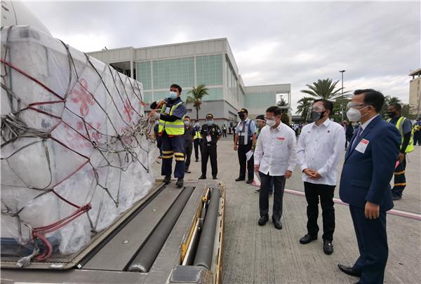 中国援助菲律宾第二批新冠疫苗运抵马尼拉