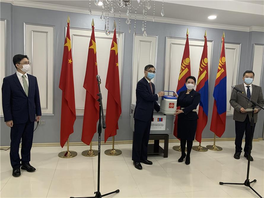 4月2日晚,新冠疫苗交接仪式在乌兰巴托举行。图片来源:中国驻蒙古国使馆