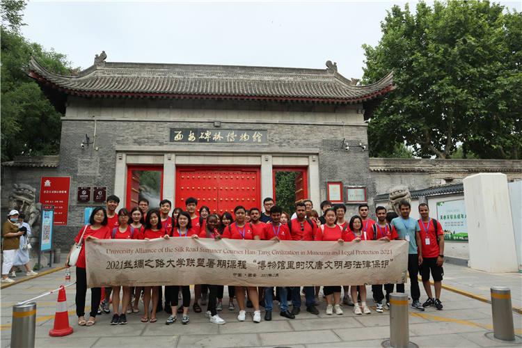 学员们走进碑林博物馆。图片来源:秦始皇帝陵博物院