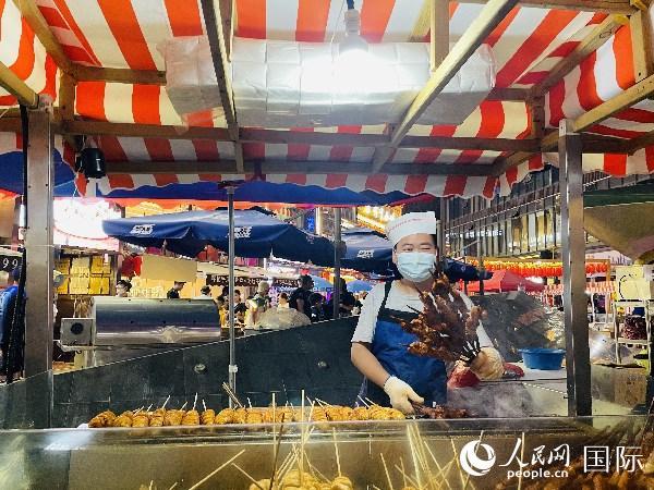 西宁美食节上售卖美食的商家。太平洋在线 杨倩摄