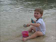 动态 吴若蕾/皮皮岛上玩耍的英国小男孩