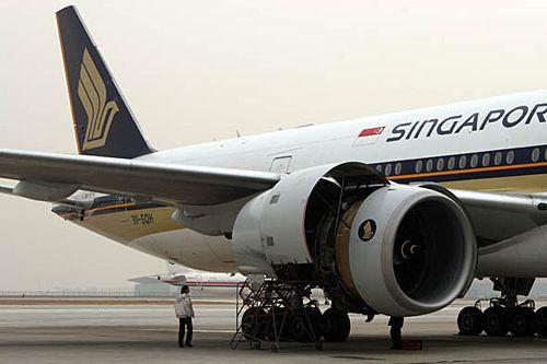客机在执行飞行任务中右侧发动机故障起火