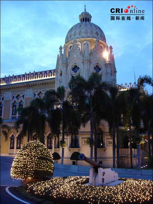 总理府的建筑一律仿欧式,圆顶,垂拱,爱奥尼式小阁楼,法式喷泉……如果