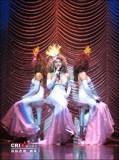 女人 吴若蕾/扮成西洋装束、演唱法国歌曲的人妖演员。摄影:吴若蕾