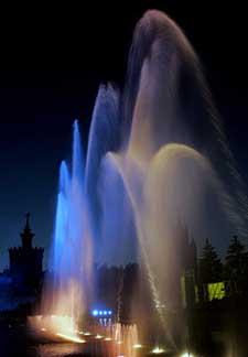 动态 莫斯科/7月14日,在俄罗斯首都莫斯科,一处喷泉随着音乐的节奏变幻...