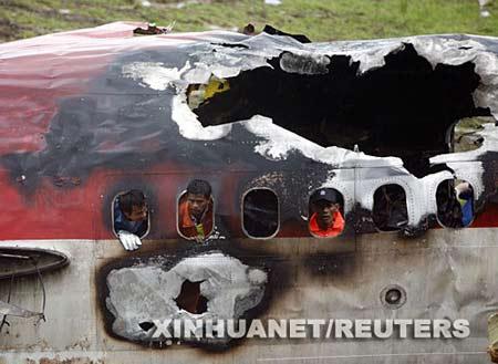 救援人员在查看飞机失事