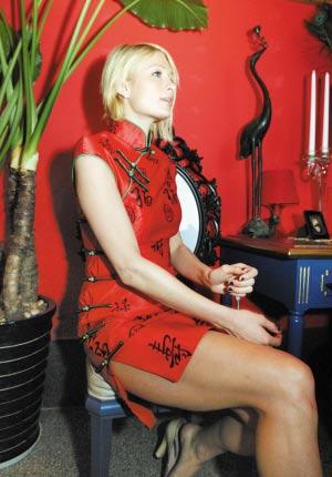组图:希尔顿红旗袍惊艳出场:希望2008来北京看奥运