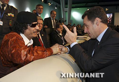 会议上,利比亚领导人卡扎菲(左)与法国总统萨科齐交谈. -卡扎图片
