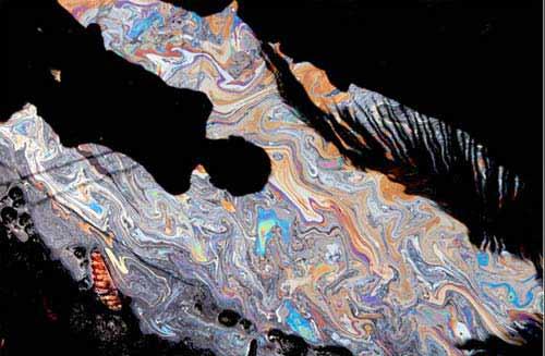 加尔各答/2007年7月23日,印度加尔各答,将要被冲入恒河的油料倒影。...