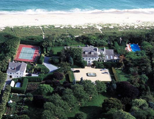 房屋内甚至有一个私人剧院,12个停车位  这座海边别墅,位于美国南