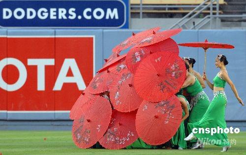组图:中国红伞舞为美国棒球联赛助兴(2)