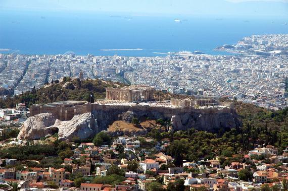 戊子年金秋时节,家人相约,分别从三地飞往一个古老而美丽的国家希腊,在雅典相聚,开始了为期两周的自助旅程。我们深深感受到希腊文化的厚重,感受到爱琴海岛屿风光的优美,也感受到一个旅游强国的魅力。   希腊,这个位于巴尔干半岛南部,仅有13万平方公里面积、千余万人口的国家,却是欧洲文明的发源地,曾创造过灿烂的古代文明。雅典卫城是古希腊人于公元前15世纪建立的古代宗教中心和防御城堡,已被联合国科教文组织列入世界人类文化遗产名录,它是古希腊文化的标志,也是当代希腊人的骄傲,几乎凡到希腊的游人都会去拜谒这座人类