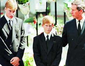 49岁 1997年,戴妃车祸逝世,在葬礼上,查尔斯安慰着年幼的哈里.