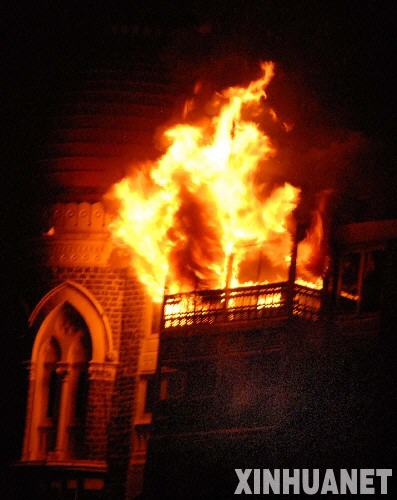 孟买/11月27日凌晨,印度孟买遭到恐怖袭击的泰姬玛哈酒店浓烟滚滚。...