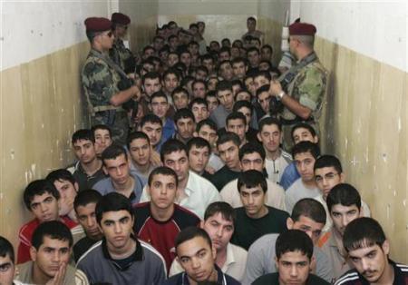 巴格达/伊拉克巴格达,被拘留人员听取到前来视察的副总统哈希米发表...