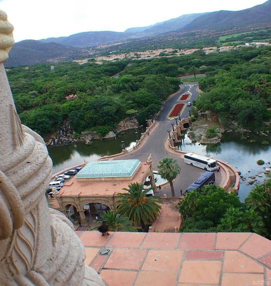 入选理由:美国拉斯维加斯在贫脊的沙漠中,成为扬名国际的娱乐之城,而位于南非的太阳城(Sun City),同样也以豪华而完整的设备及浑然天成的自然美景,吸引了世人的目光,几乎是所有到南非旅游的观光客不会错过的好地方。   太阳城   在南非,太阳城就是娱乐、美食、赌博、舒适、浪漫加上惊奇的同义字,很少人能摆脱他的迷人魅力。   尤其是太阳城内的失落城(Lost City),是个耗资8亿3千万兰德所打造出来的娱乐城,有处令人屏息的人造森林,和动感十足的人工海浪游泳池,城内的皇宫饭店(The Palace