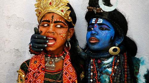 普什卡的孩子扮成印度教湿婆神和其配偶向游客讨钱