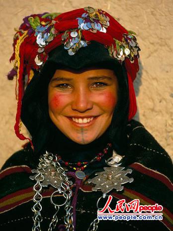 女孩 希勒/在摩洛哥阿特拉斯山脉高处,12岁的女孩Hdda在村子里一年一度的...
