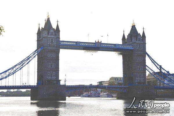 伦敦始建于公元43年,11世纪成为欧洲商业和政治中心,18世纪为世界最大的国际贸易中心。这座有着近2000年历史的古城,确有许多独特的符号与标志,多姿多彩的名胜古迹彰显着伦敦人文物保护的光辉业绩,诉说着英国的悠久历史。   塔桥  百余年的塔桥,伦敦的地标。一个阳光明媚的秋晨,我们来到英国的母亲河泰晤士河畔,建于1886年的伦敦塔桥呈现在眼前,它是伦敦的地标性经典建筑,也是世界最著名的桥梁之一。1894年对公众开放,不仅是连接市内交通的重要干道,也是旅游的重要景点。此桥两端建有高40米的钢石结构的五