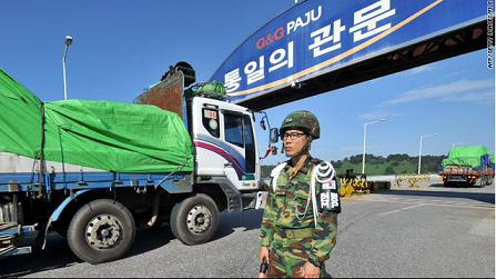 9月16日,一辆装有530吨救济朝鲜洪水难民面粉的韩国卡车,经过南北朝鲜的边境。