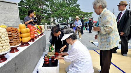 9月14日,韩国坡州市临津阁和平公园,一些因1950-1953年的朝鲜战争而与家人分离的韩国老人,用传统仪式祭奠他们过世的亲人。