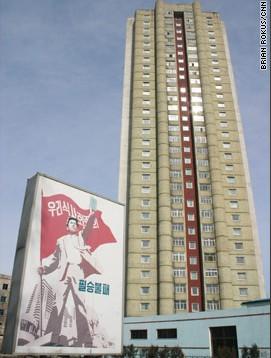 平壤一栋建筑外的宣传海报写着:我们的社会主义不可战胜。
