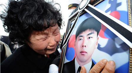 2010年8月,韩国沉没海军舰船天安舰上的已故士兵的葬礼上,家人失声痛哭。