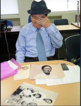 9月13日,首尔,一个韩国老人申请和他在朝鲜的亲人团聚时,擦拭眼泪。