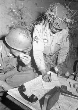 地图 韩国/1952年的照片上,韩国和美国官员在查看地图。