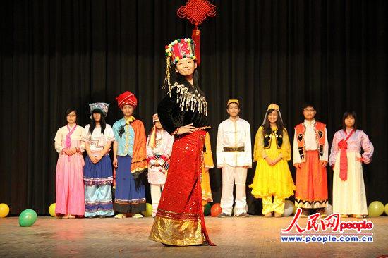 生们在展示中国各民族服饰.廖政军摄-中国留印学子联欢庆新春 6