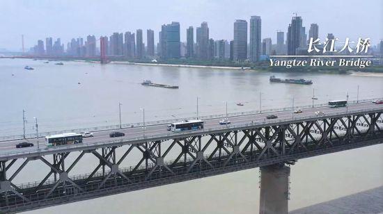 竹内亮导演纪录片中疫后武汉长江大桥的视频截图