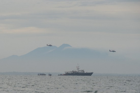 印尼失事客机部分遇难者遗体已打捞海军发现疑似客机信号